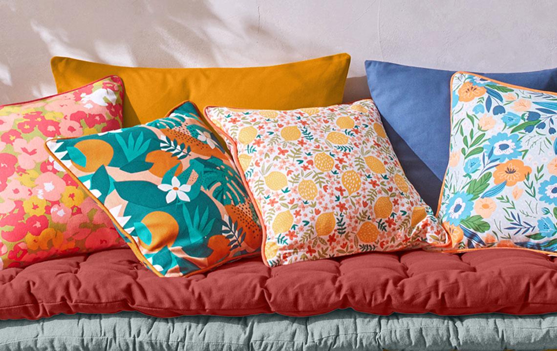 Déco maison : 4 astuces pour décorer avec des coussins