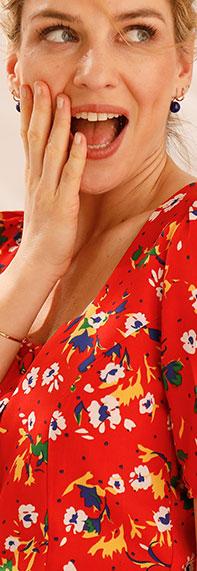 Robe rouge mi-longue col carré imprimée fleurs manches courtes pas cher - Blancheporte
