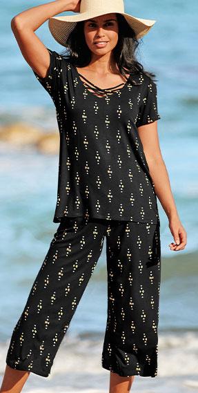 Tee-shirt fluide noir imprimé encolure lacée col V manches courtes pas cher - Blancheporte